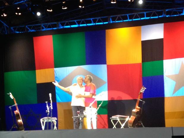 Gilberto Gil e Caetano Veloso se abraçam durante apresentação no Farol da Barra, em Salvador (Foto: Henrique Mendes/G1)