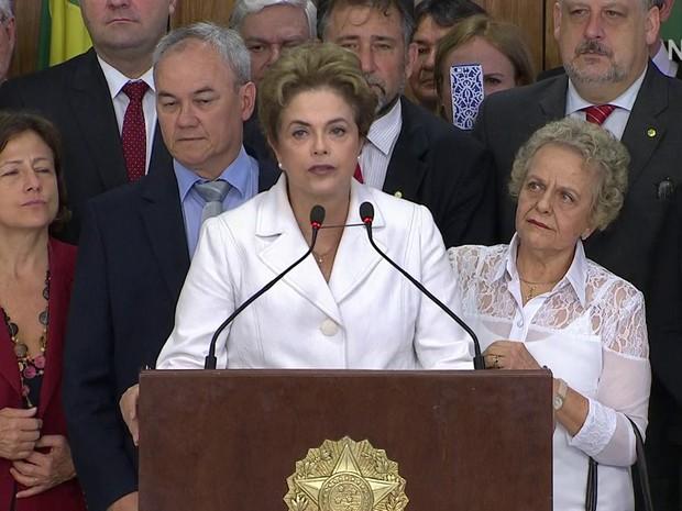 Dilma faz declaração à imprensa após ser intimada sobre impeachment (Foto: Reprodução/GloboNews)
